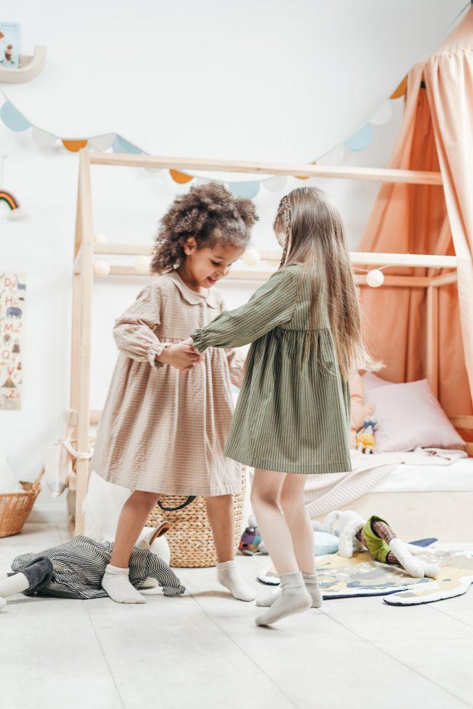 Fröhlich spielende Kinder, Tanzen